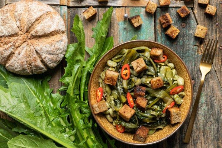 Zuppa di fave e cicoria con crostini di pane